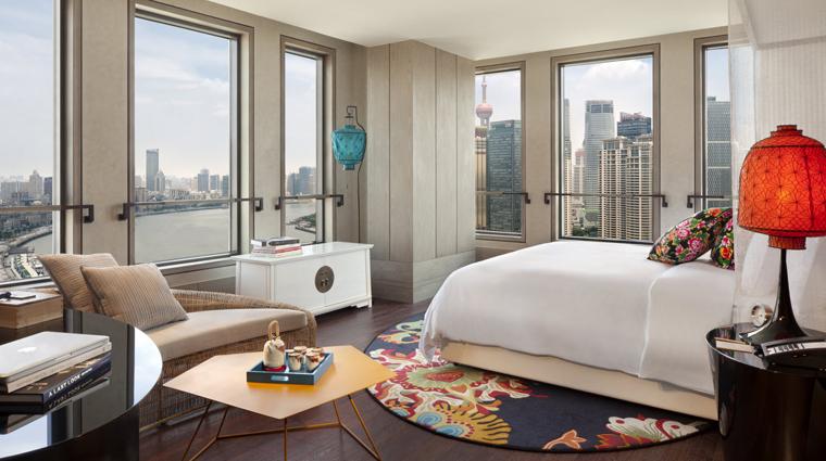 PropertyImage HotelIndigoShanghaiontheBund Shanghai Hotel Guestroom PremierBundPudongViewRoom CreditHotelIndigoShanghaiontheBund
