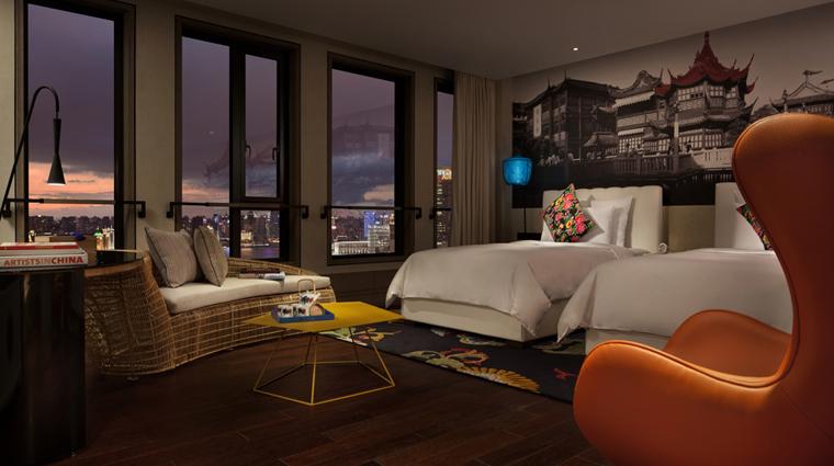 PropertyImage HotelIndigoShanghaiontheBund Shanghai Hotel Guestroom PremierBundandPudongSkylineViewRoom CreditHotelIndigoShanghaiontheBund