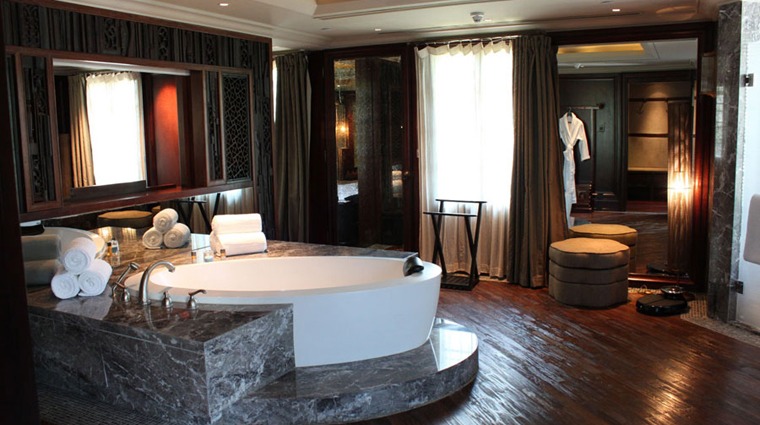 PropertyImage InterContinentalShanghaiExpo Shanghai Hotel GuestroomSuite Villa Bathroom CreditInterContinentalHotelsGroup