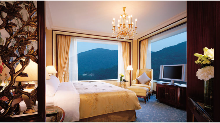 PropertyImage IslandShangriLa HongKong Hotel Guestrooms ExecSuite Bed CreditIslandShangriLa