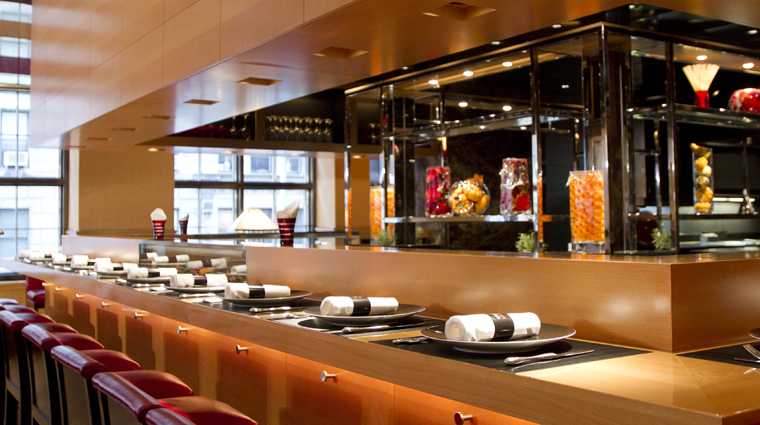 PropertyImage LAtelierdeJoelRobuchon NewYork Restaurant Style ViewIntoOpenKitchen CreditTheFiveStarTravelCorrporation