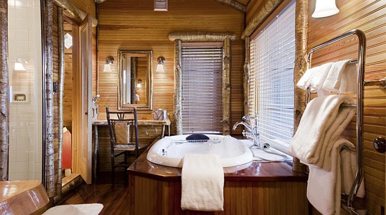 PropertyImage LakePlacidLodge Hotel GuestroomSuite OwlsHeadBath CreditLakePlacidLodge