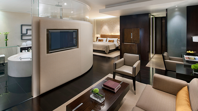 PropertyImage LandmarkMandarinOrientalHongKong Hotel GuestroomsandSuites DeluxeRoom 2 CreditMandarinOrientalHotelGroup