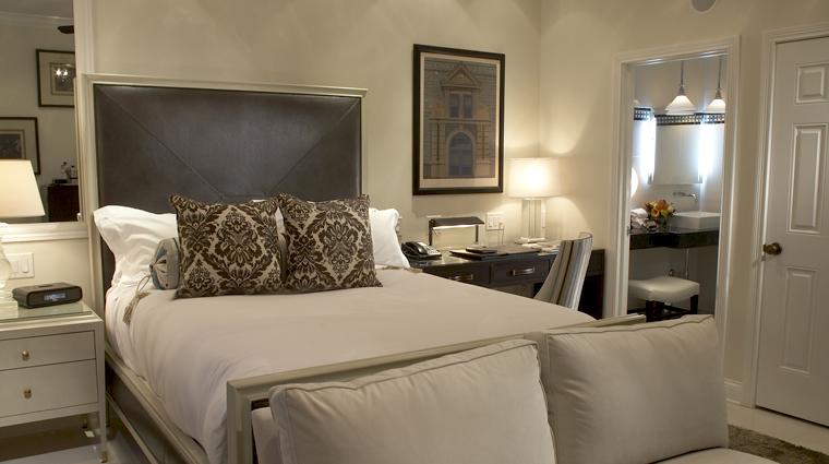 PropertyImage TheCincinnatianHotel Hotel GuestroomSuite ExecutiveDeluxeQueenGuestroom CreditTheCincinnatianHotel