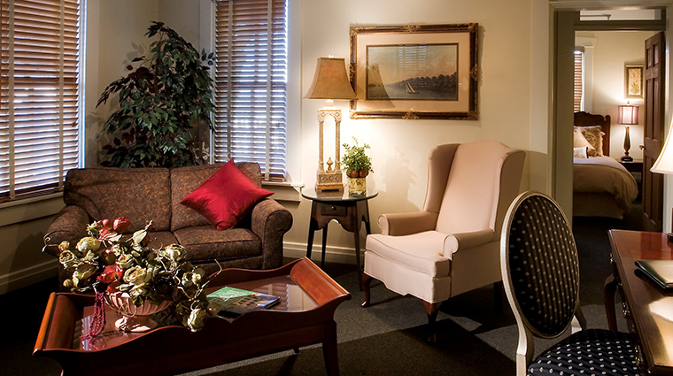 PropertyImage TheInnatLeolaVillage Hotel GuestroomSuite ParlorSuite LivingRoom CreditTheInnatLeolaVillage