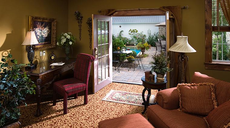 PropertyImage TheInnatLeolaVillage Hotel GuestroomSuite PoolsideSuite LivingRoom CreditTheInnatLeolaVillage