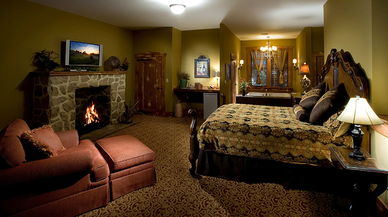 PropertyImage TheInnatLeolaVillage Hotel GuestroomSuite WhirlpoolRoom Bedroom CreditTheInnatLeolaVillage
