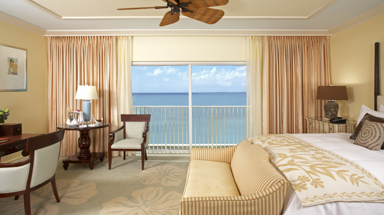 PropertyImage TheKahalaHotelAndResort Hawaii Hotel GuestroomSuite OceanViewKingBedroom CreditLandmarkHotelsGroup