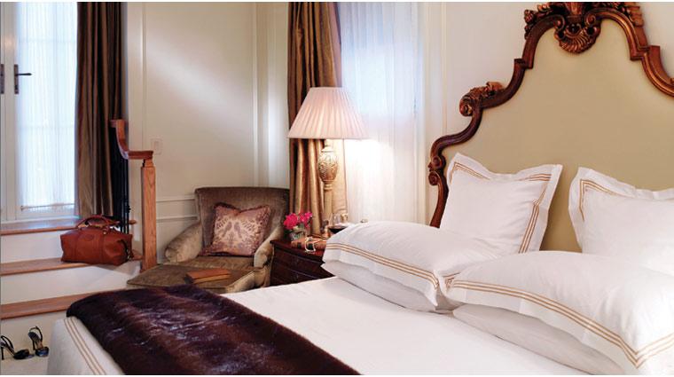 PropertyImage ThePlazaHotel NewYork Hotel GuestroomsSuites RoaylTerraceSuite BedRm CreditFairmontHotelsandResorts
