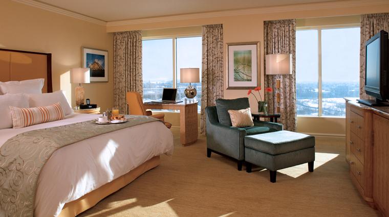 PropertyImage TheRitzCarltonCleveland Hotel GuestroomsandSuites DeluxeKingBedroom CreditMarkWieland