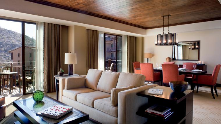 PropertyImage TheRitzCarltonDoveMountain Hotel GuestroomsandSuites LivingRoom CreditTheRitzCarltonHotelCompanyLLC