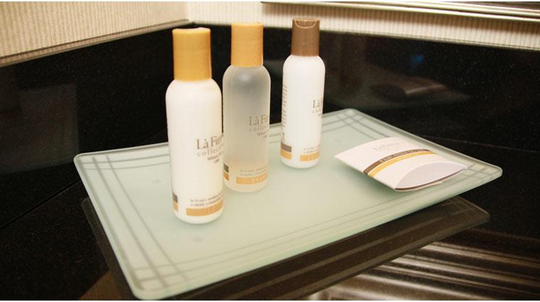 PropertyImage TheSignatureAtMGMGrand LasVegas Hotel GuestroomSte DeluxeSuite BathProducts CreditFiveStarTravelCorp