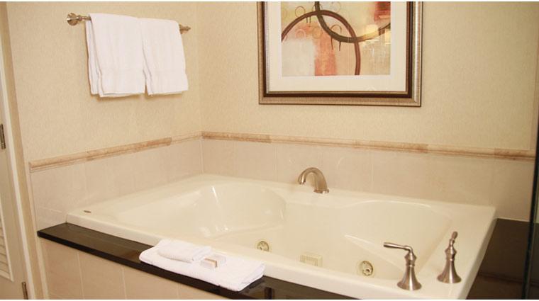 PropertyImage TheSignatureAtMGMGrand LasVegas Hotel GuestroomSte DeluxeSuite BathTub CreditFiveStarTravelCorp