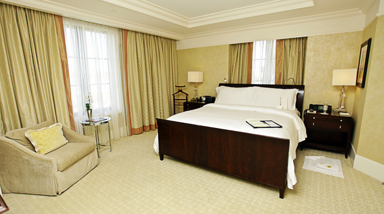 PropertyImage TheStRegisAtlanta Atlanta Hotel GuestroomSuite StRegisSuite Bedroom 1 CreditTheFiveStarTravelCorporation