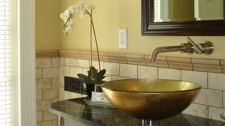 PropertyImages BlairHillInn Hotel GuestroomsandSuites GuestRoom4 Cozy Bathroom CreditBlairHillInn