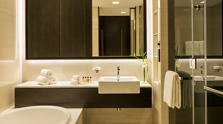 Sheraton Grand Hotel Dubai one bedroom apartment bathroom