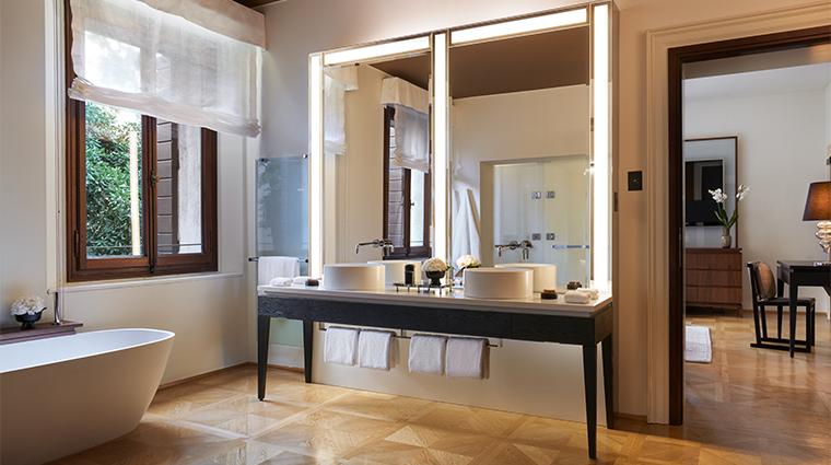 aman venice stnadard room bathroom
