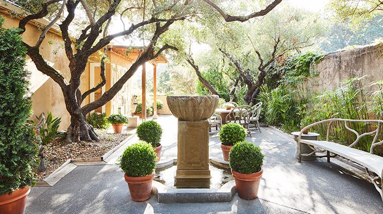 auberge du soleil reception courtyard