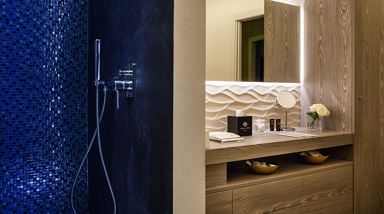 Baglioni Hotel Carlton shower