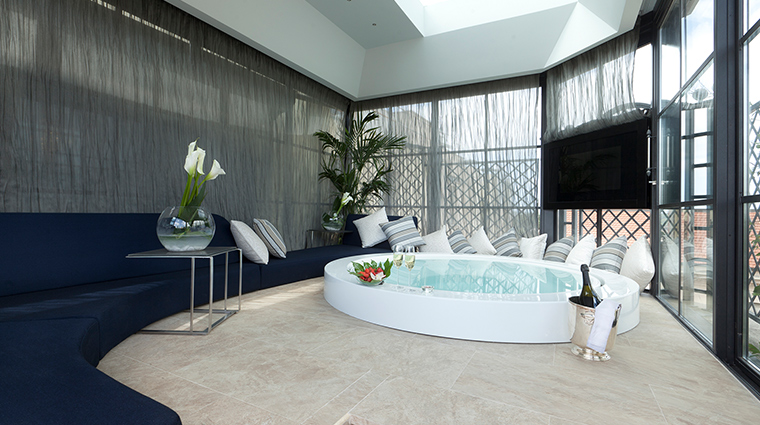 Baglioni Hotel Regina penthouse bathtub