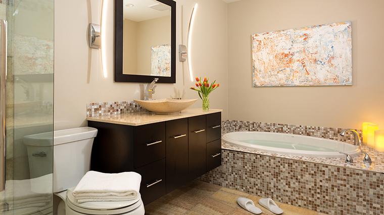 chatham inn guestroom bathroom