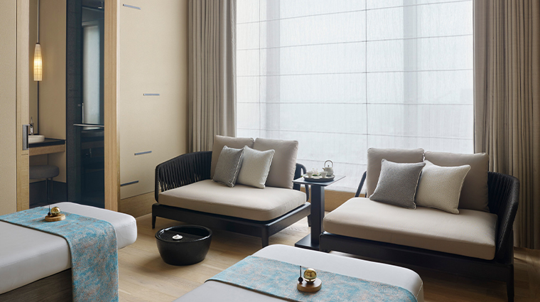 four seasons hotel tokyo at otemachi spa treatment room
