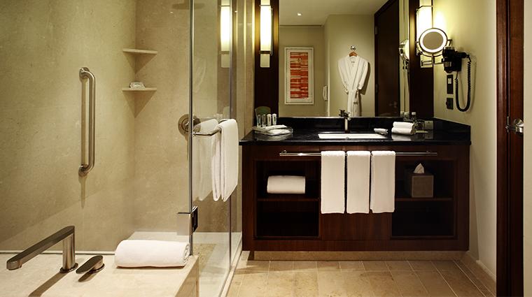 holiday inn macao cotai central bathroom