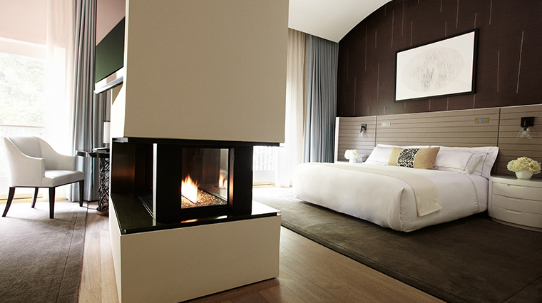 hotel bel air guestroom fireplace