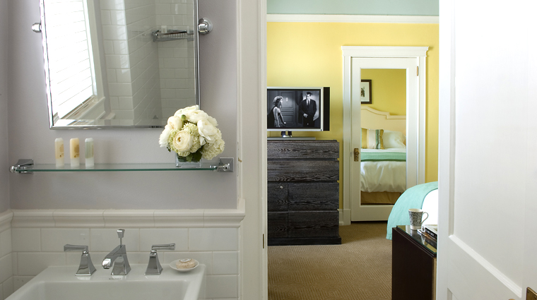 hotel deluxe guestroom bathroom