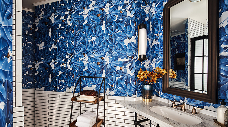 hotel figueroa classic queen bathroom