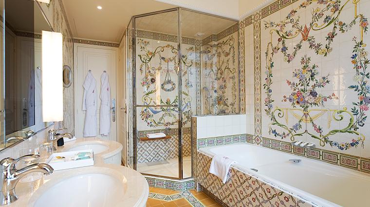 Hotel Raphael bathroom