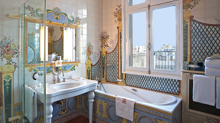 Hotel Raphael deluxe bathroom