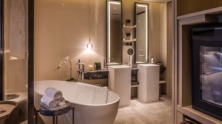 intercontinental beijing sanlitun deluxe room bathroom