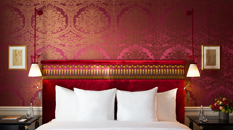 La Reserve Paris red bed