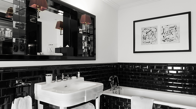 Patrick Hellman Schlosshotel black bathroom