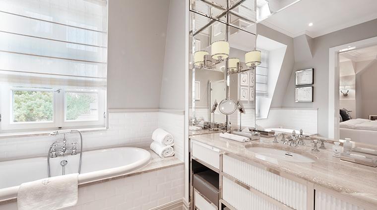Patrick Hellman Schlosshotel white bathroom