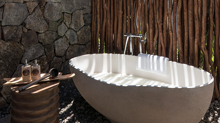 shangri las le touessrok resort and spa outdoor bath