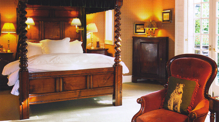 the charlotte inn bed and sitting area