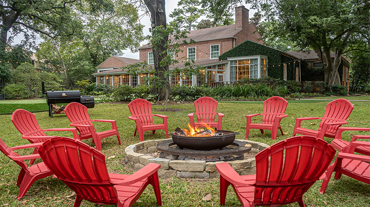 the houstonian hotel club and spamanor house back lawn firepit20