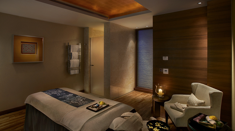 the leela mumbai spa treatment room