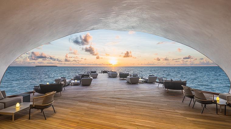 the st regis maldives vommuli resort whale bar